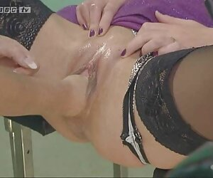 Cuttie checa dedos mujeres tetonas desnudas en la playa durante lapdance