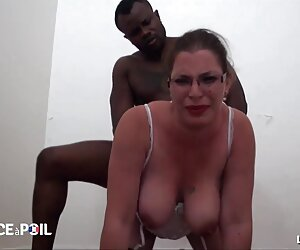 Chica Sexy tetonas en la playa desnudas engrasada en un trío caliente y sensual