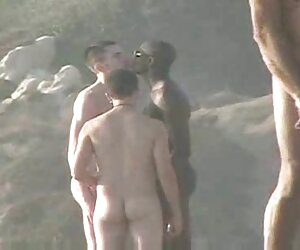Bolsa vieja en blanco lingeie monta su negras desnudas en la playa polla