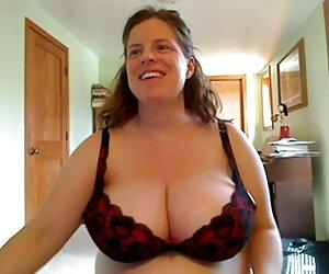 Dee se masturba con chicas nudistas desnudas un consolador