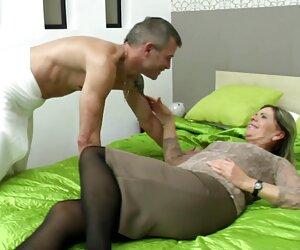 Masturbación con la mano para una hermosa morena. Jueves jovencitas desnudas en playas