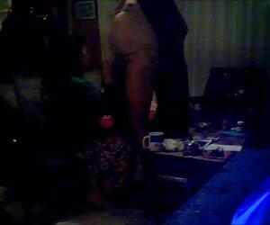 Joven tetona chica le videos de mujeres nudistas da una mamada al aire libre