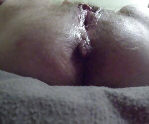 Latina veneno toma una carga en mujeres tetonas desnudas en la playa su marrón pezones
