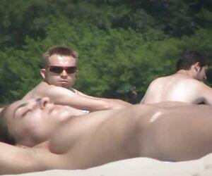 adolescente caliente jugando videos de jovencitas desnudas en la playa con una polla enorme